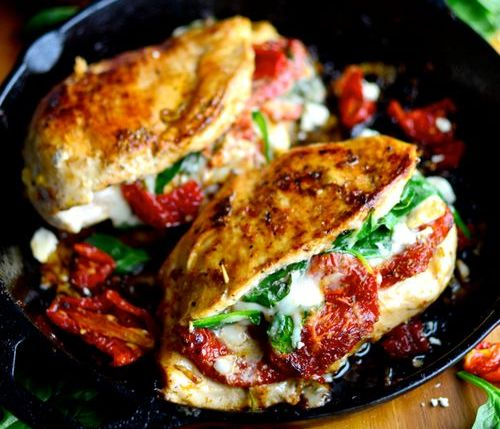 курица с моцареллой и помидорами на сковороде
