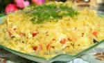 Салат с курицей, капустой и сыром. Никаких гренок и лишнего жира! Свежий помидор и кунжут для истинных гурманов