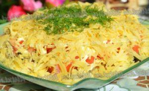 Салат с курицей, капустой и сыром. Свежий помидор и кунжут для истинных гурманов
