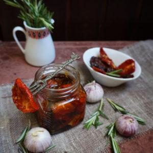 Шикарные вяленые помидоры быстрый рецепт в духовке. Пряные травы, чеснок и масло. Итальянский вариант