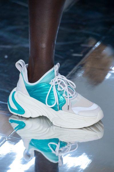 Стильные кроссовки - модная женская обувь