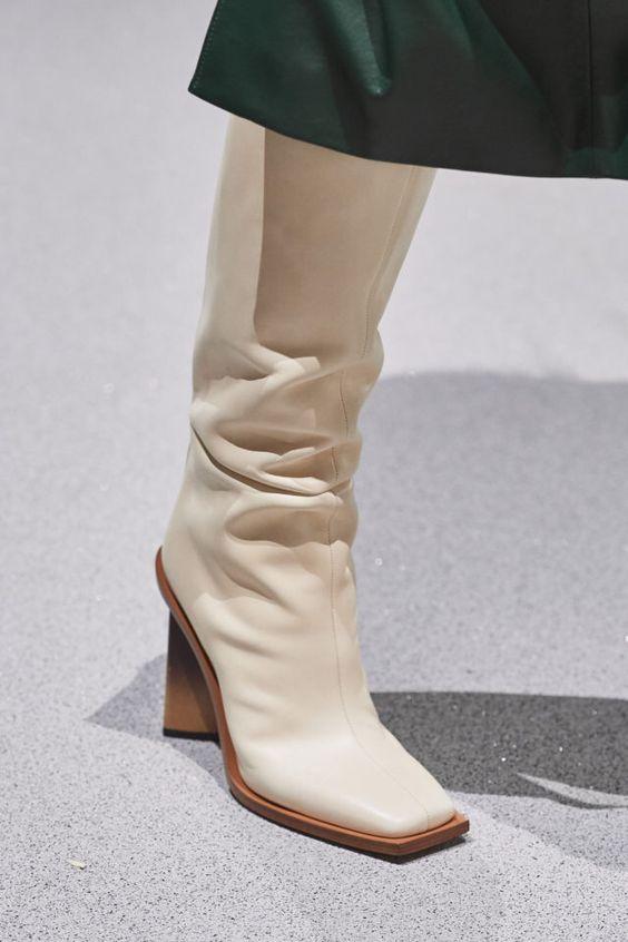 Модная женская обувь- высокие сапоги
